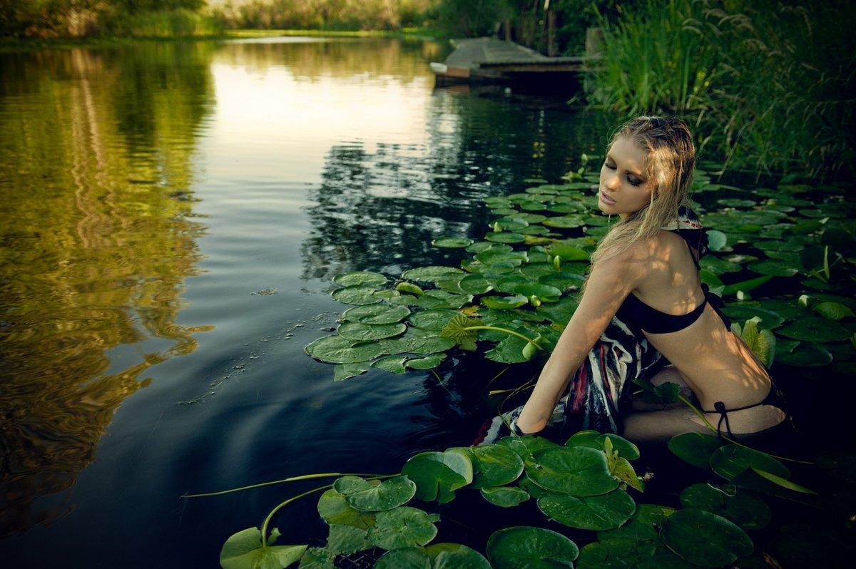 Фото попу девчонки на озере фото коп обыскивает