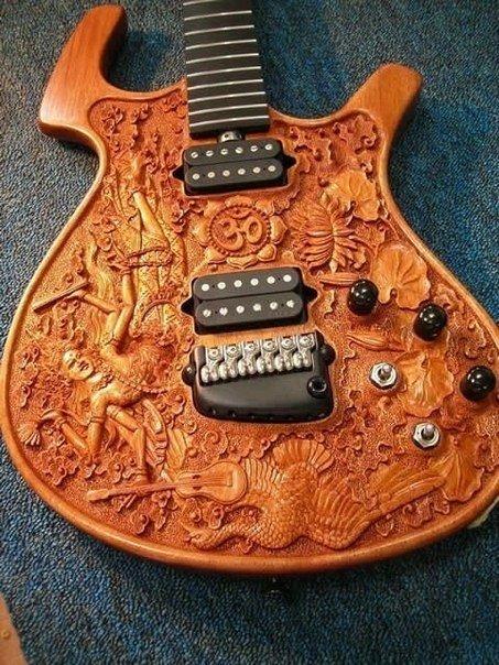 Красивая гитара с резьбой