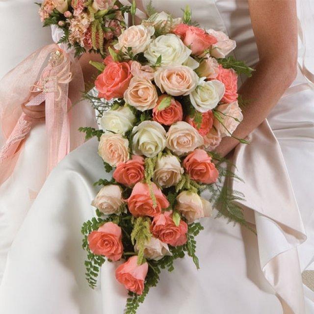 Свадебный букет из розовых роз каскад, букет корзине