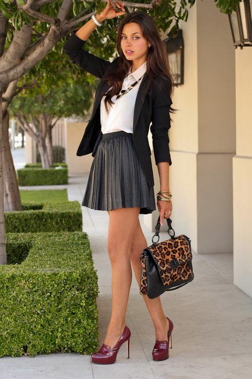 Красивая девушка в короткой черной юбке и белой блузке — 4