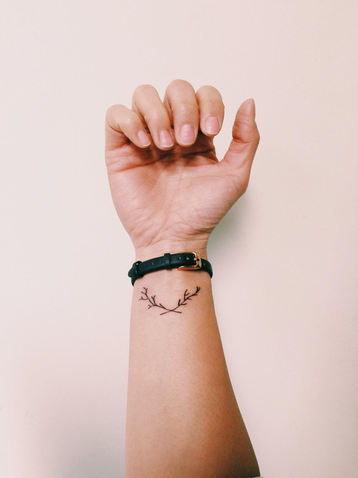 Открытки, картинки с татуировками на руке девушек