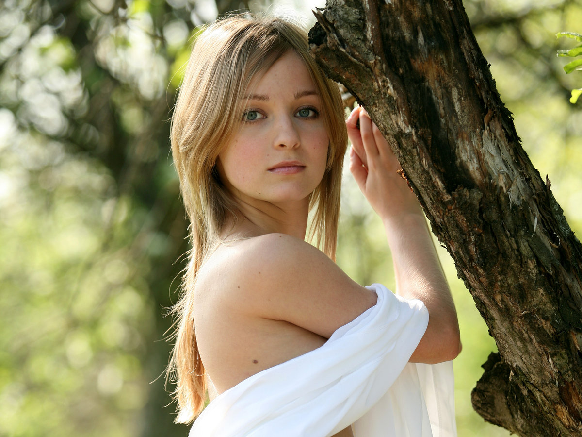 young-girl-natural-beauty-of-teenage-girls-does-petite-mean