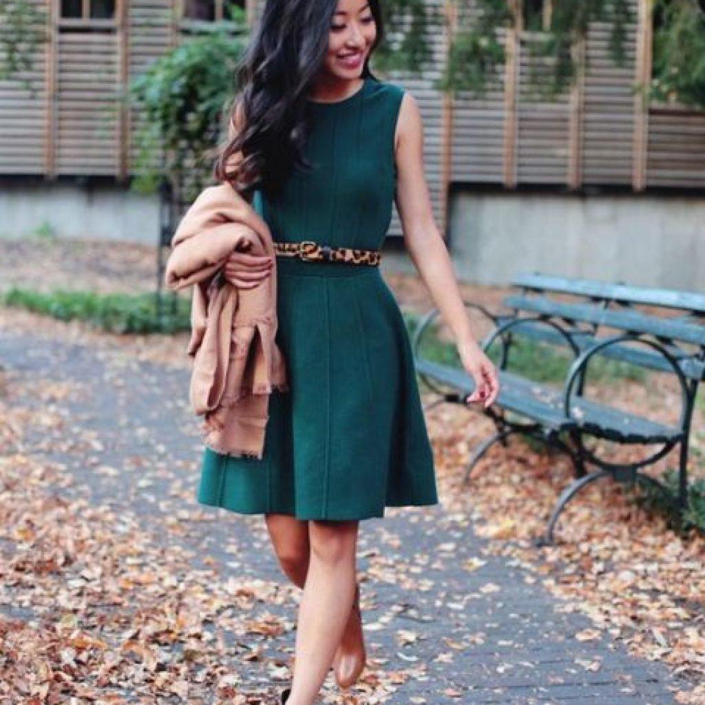 Изумрудное платье и красные туфли фото