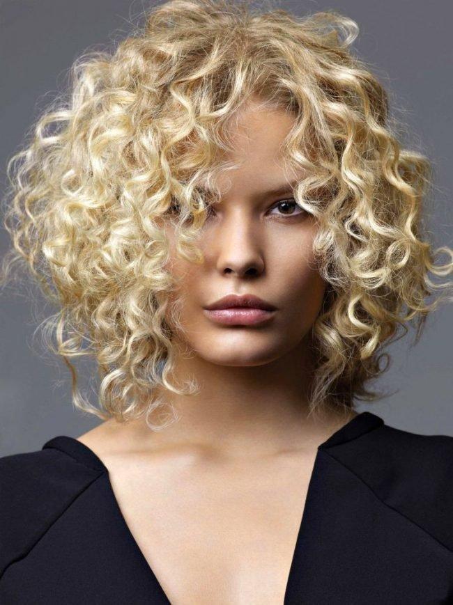 Для коротких волос в этом сезоне мы предлагаем множество модных вариаций химических и био-завивок, а также оригинальные варианты креативного карвинга волос, способные придать новые стильные акценты вашей любимой стрижке.