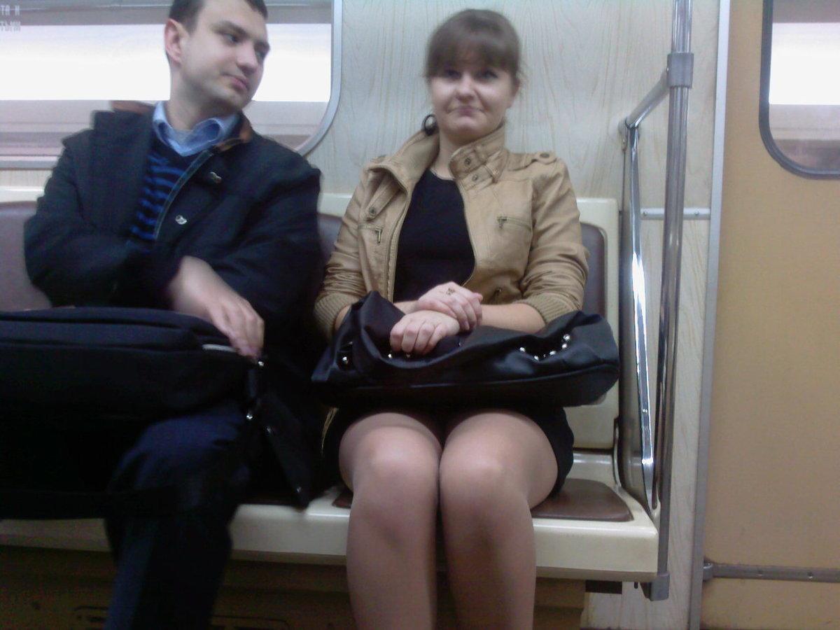 Под юбки в метро у сидящих видео