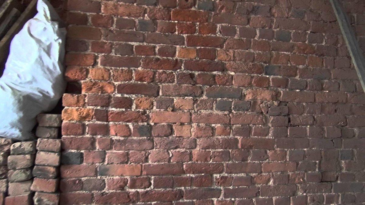 кирпичная стена в старом фонде
