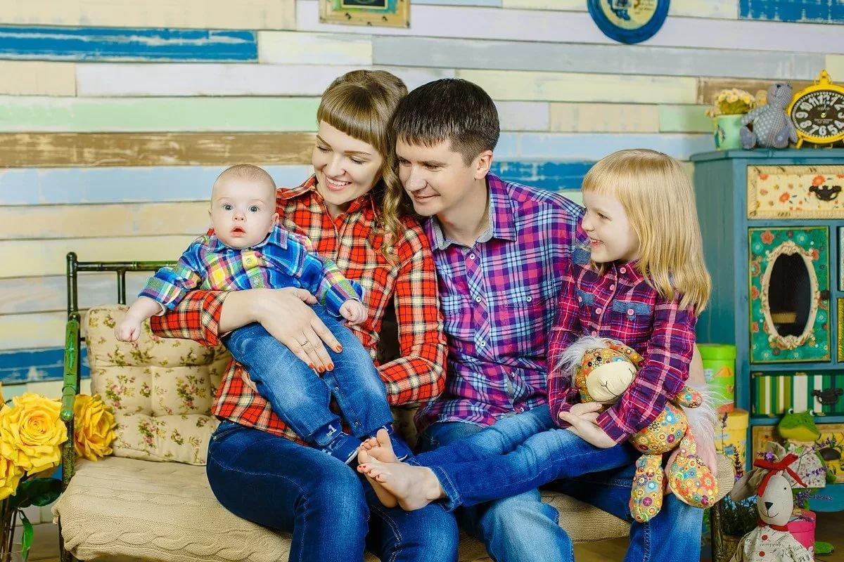 фотосессия с детьми в джинсовом стиле крыльцо