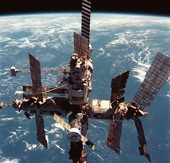 23 марта 2001 г. В Тихом океане затоплена орбитальная станция «Мир»