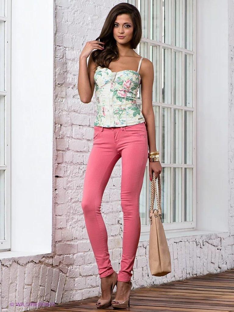 Фото девушки в розовых штанах — 1
