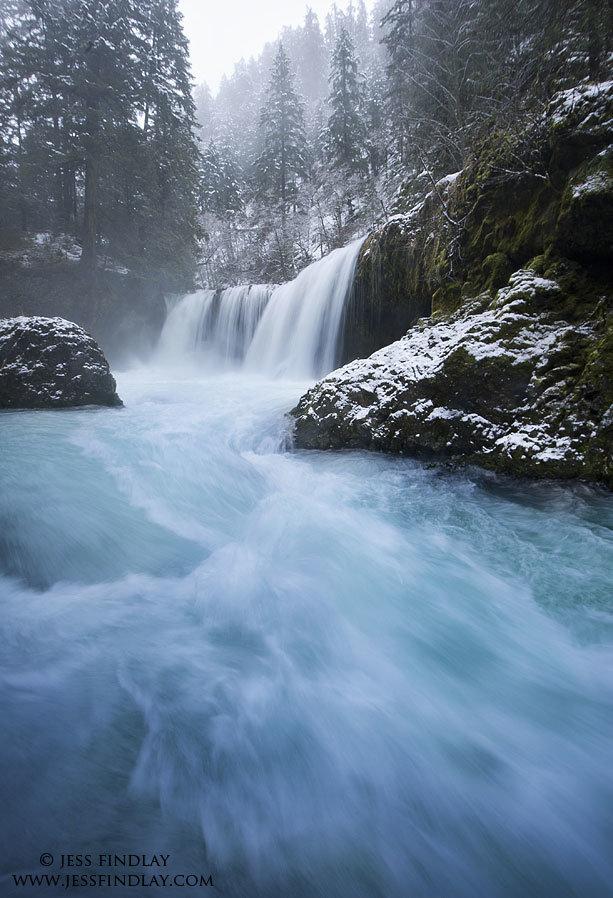 Ледниковые талые воды бушуют возле водопада в ущелье реки Колумбия