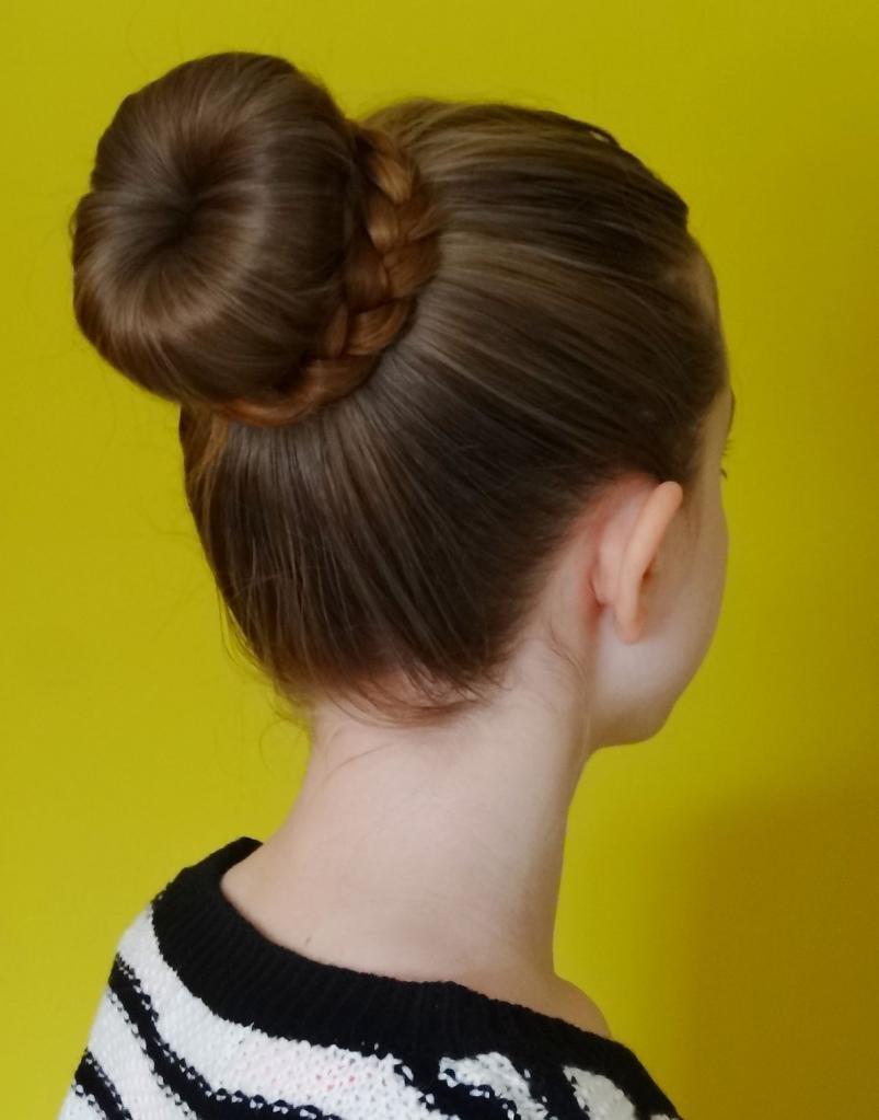 шишка с бубликом на длинные волосы фото трафарет