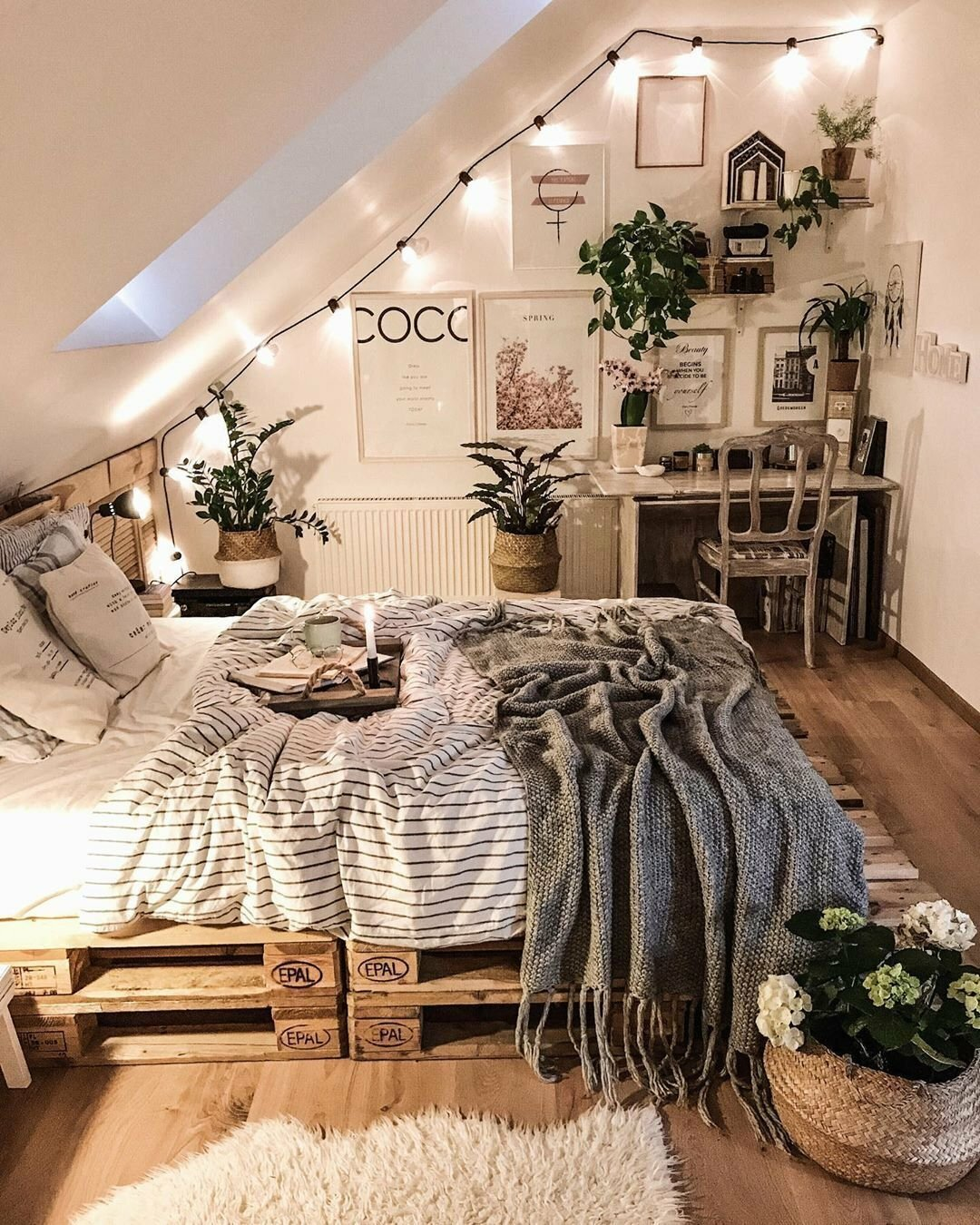 комната с мебелью ручной работы