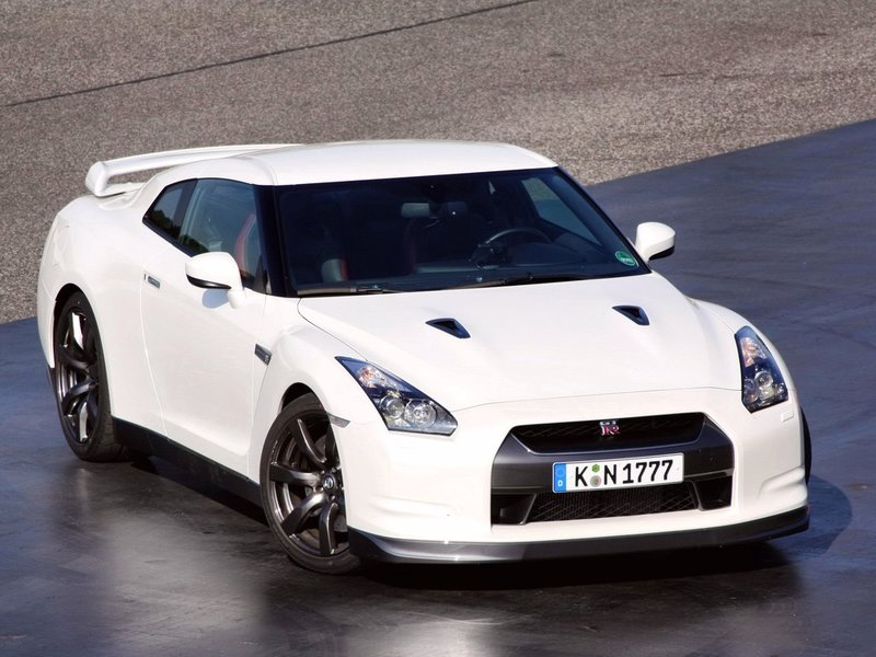 Nissan GT-R Автомобиль, вернувший веру всего мира в то, что в Японии способны ещё создавать истинные суперкары. Преемник великого Nissan Skyline GT-R, оставаясь верный своим корням, привнес новые компоненты в формулу совершенного спроткара: ультра-быстрая автоматическая коробка передач с двойным сцеплением, двигатель V6 твин-турбо объемом 3.8 л и мощностью 480-550 л.с., полноприводная трансмиссия ATTESA с механически блокируемым дифференциалом и так далее. Автомобилям этой серии принадлежит рекорд разгона до сотни – всего за 2,84 секунды! Другой рекорд был установлен на трассе в Нюрбургринге, когда японский спорткар преодолел круг за 7:34 секунд!