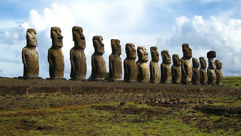 Моаи - это каменные статуи, до 9 м в высоту, обитают на втором по удаленности от материка острове в мире - Рапа Нуи, или острове Пасхи, принадлежащем Чили