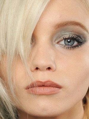 Если вы обладательница светлых волос, узнайте, какой макияж подходит блондинкам. Существует множество оттенков блонда, поэтому подобрать косметику для блондинок не так просто. Известны такие оттенки блонда, как пепельный, пшеничный, темно-русый и русый. Оттенок светлых волос необходимо учитывать при выборе каждого из декоративных средств для макияжа. Выбирая тональный крем, нужно брать во внимание тон кожи: для более смуглых блондинок лучше выбрать средство в цветовой гамме от естественно-бежевого до оттенка легкого загара. Обладательницам светлой, практически белоснежной кожи, подойдет помада и блеск для губ бежевого и розового цветов при нанесении дневного макияжа. Если вы создаете вечерний мейк-ап, можете смело выбирать коралловую, розовую, бежево-розовую помаду. Пепельные блондинки в процессе нанесения дневного макияжа могут накрасить губы блеском или помадой розового, розово-бежевого и нежно-кораллового цветов. Если вы собираетесь на вечеринку или другое мероприятие в вечернее время, отдайте предпочтение более насыщенным цветам – яркому розовому, ягодному или интенсивному коралловому. Светло-русым девушкам визажисты рекомендуют выбирать помады золотисто-розового, бежевого и нежно-розового цветов для дневного макияжа. Красивые коралловые оттенки придадут губам соблазнительности в вечернее время. Голубоглазым пепельным блондинкам подойдут тени бежевой и коричневой цветовой палитры, красиво будут смотреться синие и голубые цвета. Основа для век должна быть лесного цвета с нежным розовым оттенком. Самым светлым блондинкам и русоволосым красавицам с голубыми глазами подойдут тени голубого, синего и бежевого матового цвета. Кареглазым блондинкам сделать глаза более выразительными помогут тени теплого коричневого тона, можно даже с голубым оттенком. Аккуратная линия стрелок будет уместна при макияже для любой блондинки. Светловолосые девушки не должны делать акцент на линии бровей с помощью темных цветов. Даже если вы делаете татуаж бровей, цвет их должен быть натурал