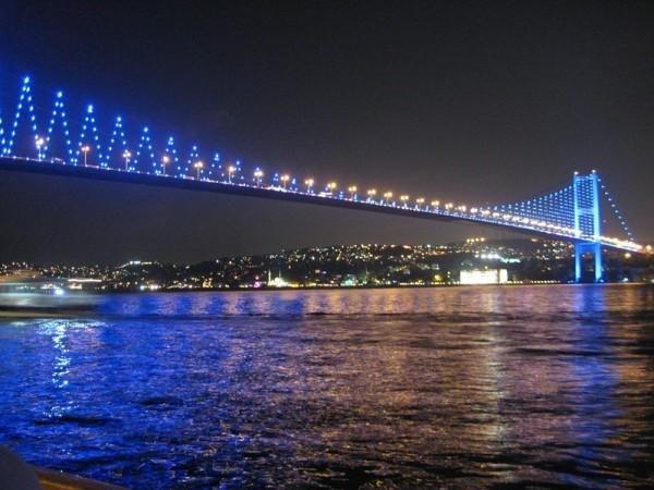 Босфорский мост длиной 1030 метров, построен в 1973 г. Ежесуточно через мост проходят более 200 000 единиц транспорта, перевозящих около 600 000 пассажиров.