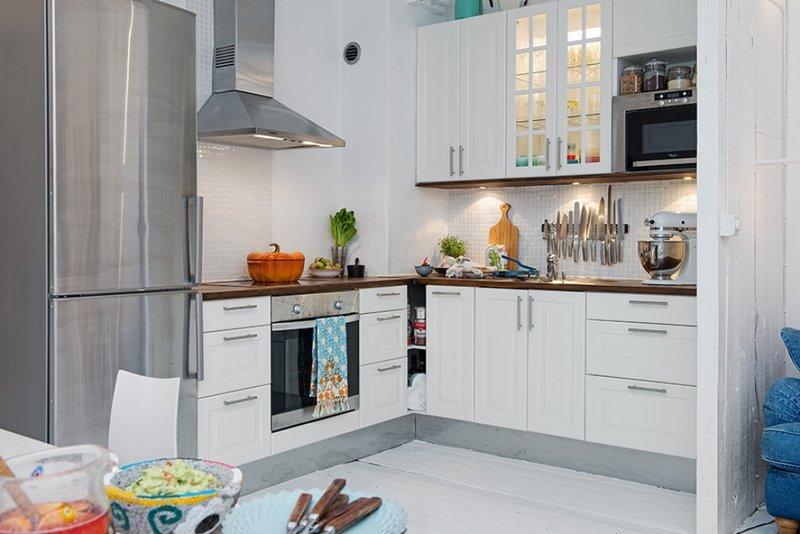 кухня с серым холодильником фото