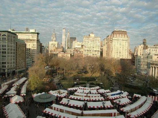 Ярмарка в парке Юнион-Свер В нью-йорке ежегодно привлекает сотни тысяч туристов.