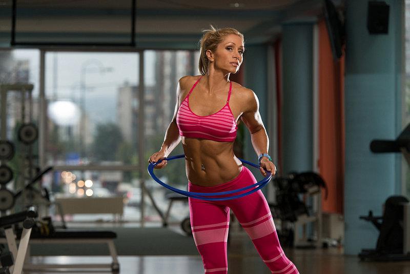 Хотите уменьшить объем талии и подтянуть мышцы живота? Регулярно крутите хула-хуп, и быстро добьетесь желаемых результатов.