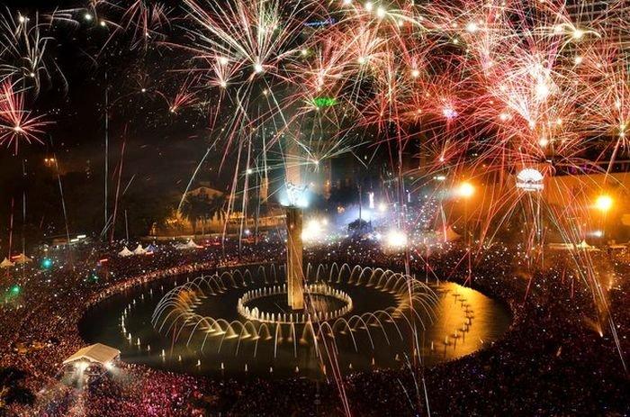В новогоднюю ночь небо во всем мире озаряется яркими вспышками разноцветных огней и взрывов фейерверков.