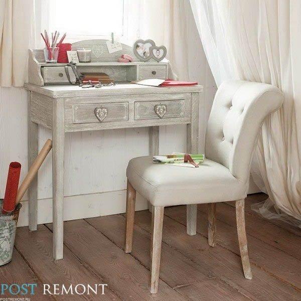 Серый рабочий столик с сердечками