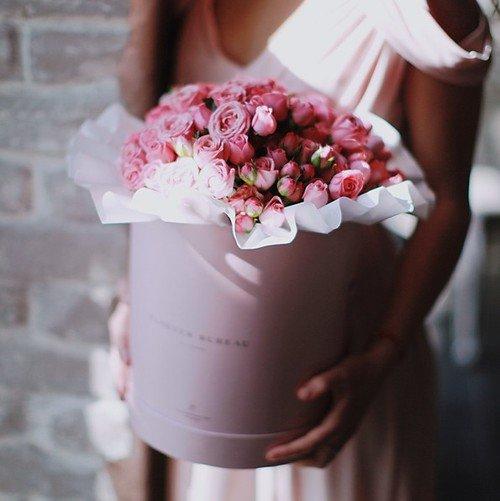 Цветы в коробках с бесплатной доставкой в Москве. Купите свой букет из цветов в шляпной коробке от Floever Bureau сейчас - доставим через 2 часа!