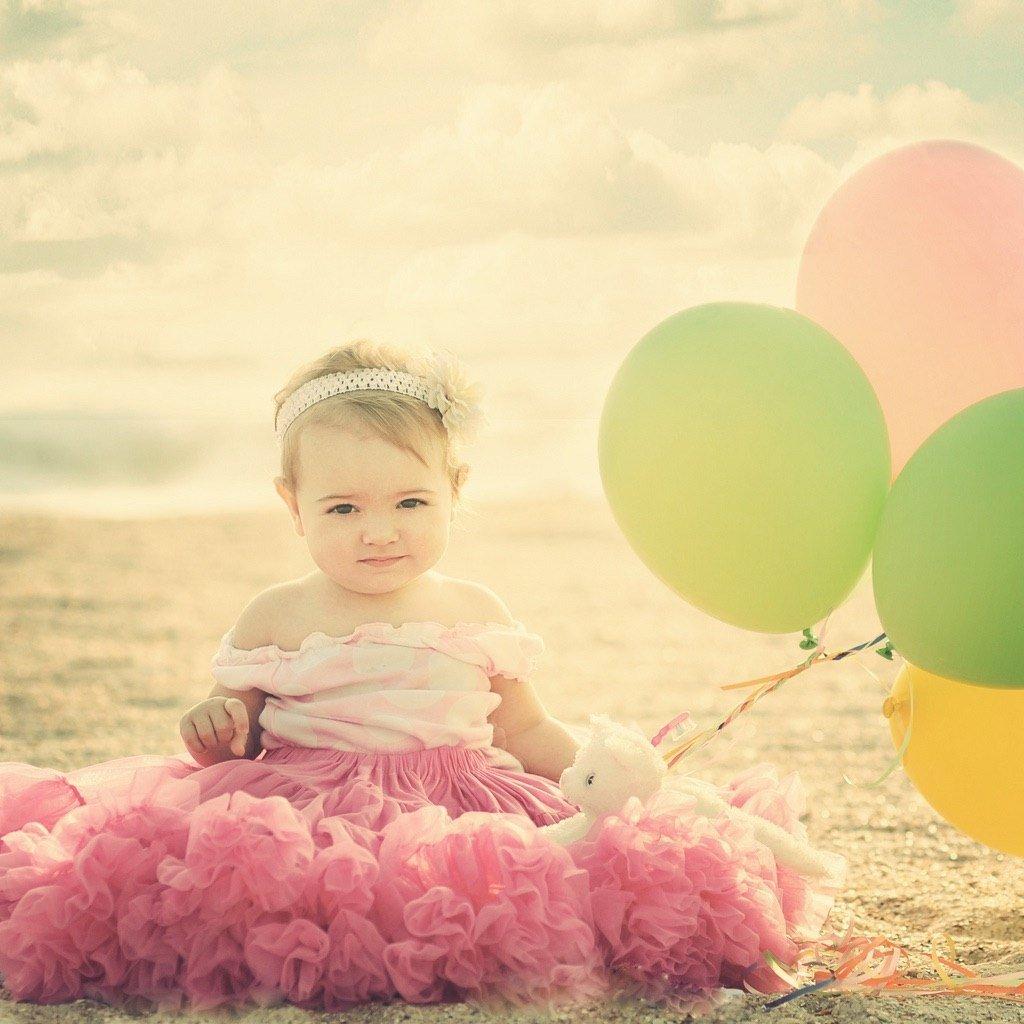 Девочка в смешном платье