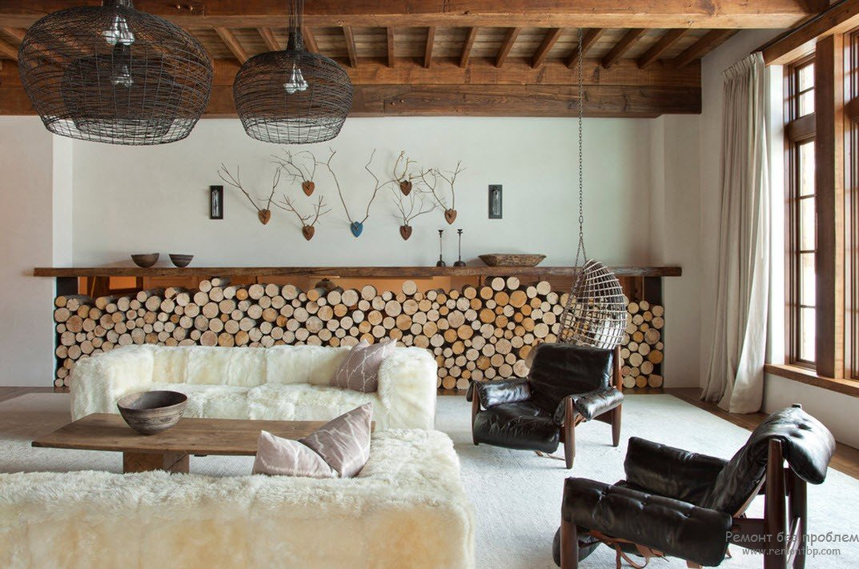 Диваны, как сугробы снега. Грубые балки потолка.  Много дерева. На цепи подвешено кресло из сетки