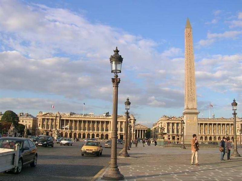 Достопримечательности Франции: Триумфальная арка, музей Лувр, собор Парижской Богоматери, дворец в Версале, парижские катакомбы, замки, дворцы, акведуки.