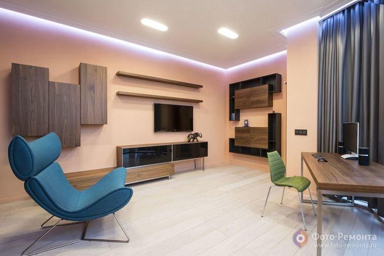 Бежевый домашний кабинет с яркими креслами