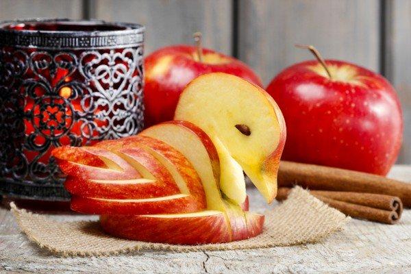 Вырезаем яблочного лебедя специально к Яблочному Спасу