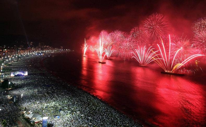 Около двух миллионов человек наблюдали за салютом с пляжа Копакабана в Рио-де-Жанейро
