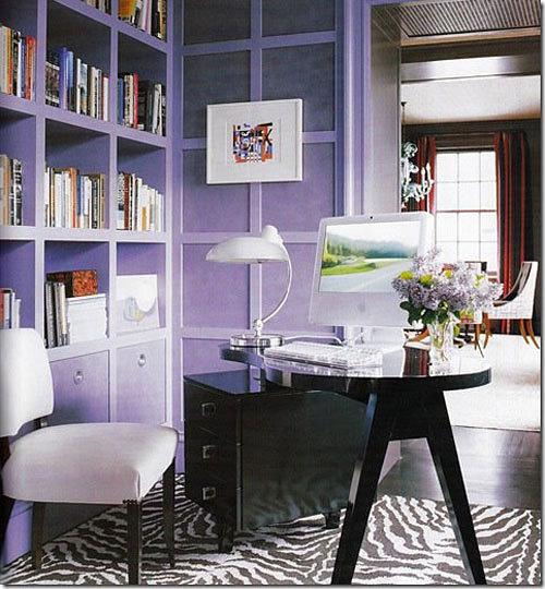 Рабочий стол для ноутбука в гостиной