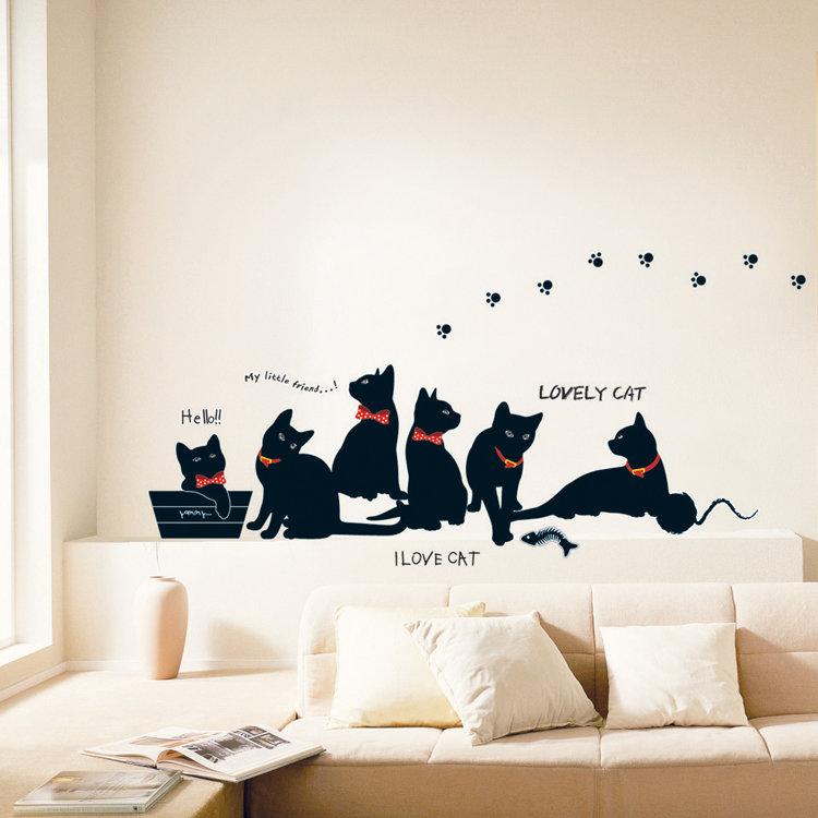 Полей, открытки на стене в комнате
