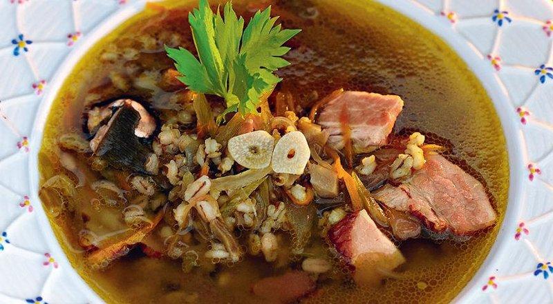 Грибной суп с говядиной, перловкой и сельдереем