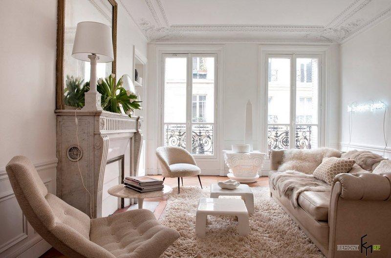 Белый лепной потолок в зале