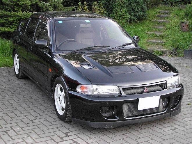 Черный седан Mitsubishi Lancer Evolution 2 вид спереди