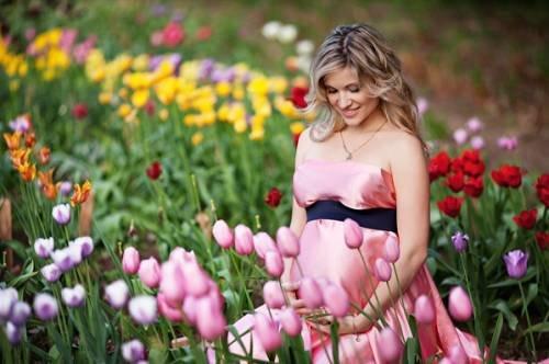 Мама среди ярких цветов
