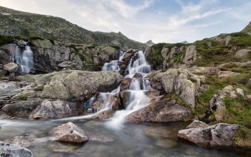 Вода стекает по камням