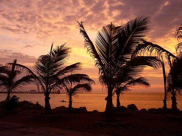 Закат над океаном в Перу