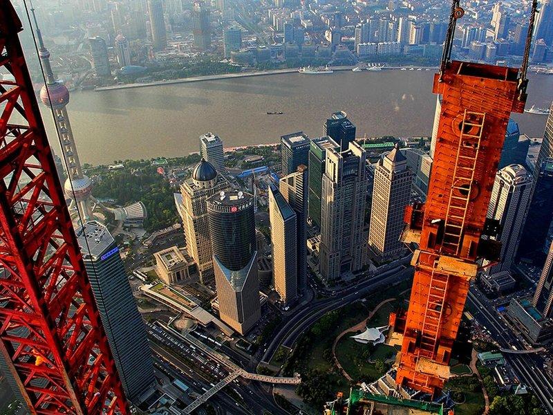 Захватывающие фотографии Шанхая с высоты 2000 футов, снятые оператором крана