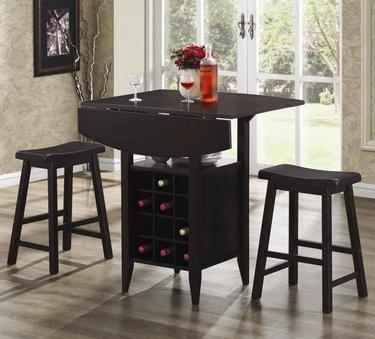 барный столик в баре