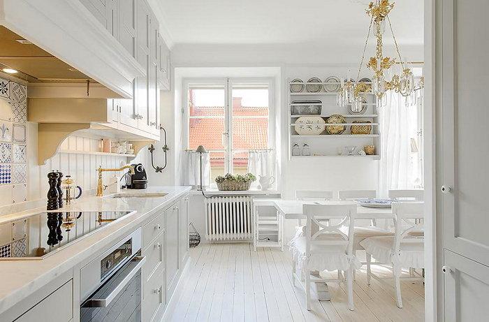 Белая кухня и столовая