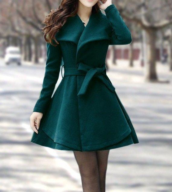 Девушка в кокетливом, зеленом пальто