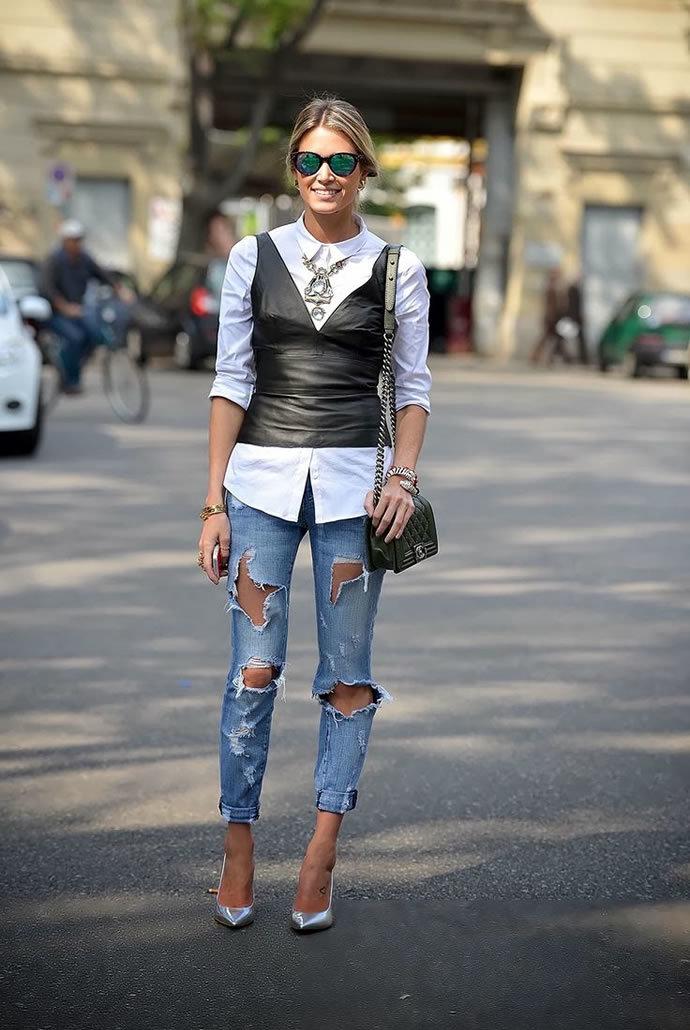 Девушка в очень рваных джинсах