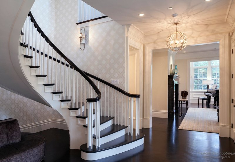 Красивая лестница правит балом в интерьере дома