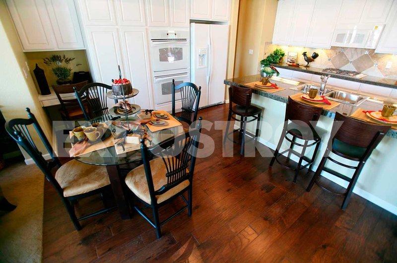 Кухня с белой мебелью и черными стульями: купить всё необходимое и получить консультацию дизайнера вы можете в Центре дизайна и интерьера 'ЭКСПОСТРОЙ на Нахимовском'