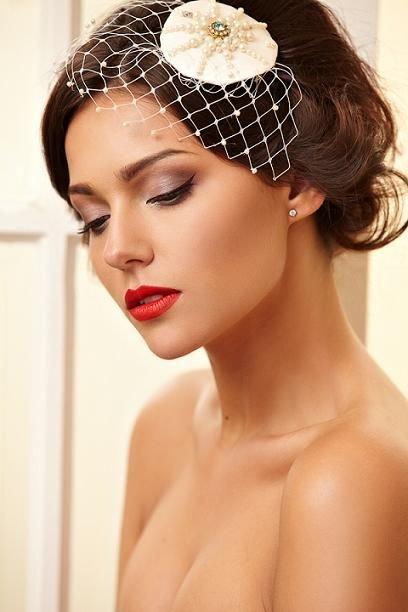 Лично мне уже приелись макияжи невест с использованием блеска для губ или помады натуральных оттенков. Посмотрите, как страстно она выглядит.