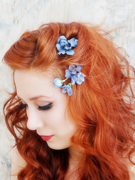 Прически с цветами в волосах. Фото