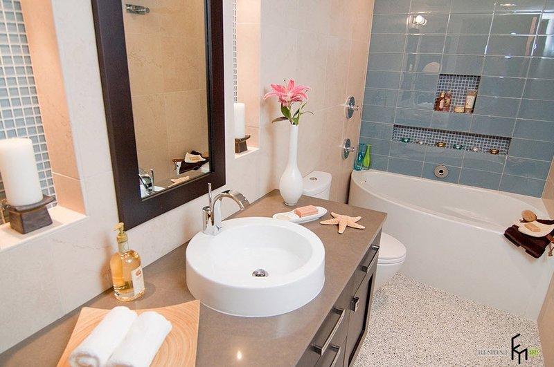 Розовая лилия возле раковины в ванной